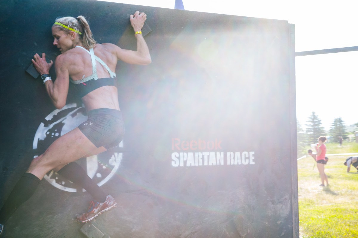 Amelia Boone in a Spartan Race. Holy crap look at those muscles.